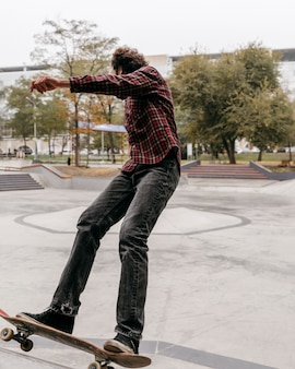 Man genieten van skateboarden buiten in het stadspark