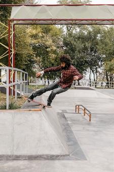 Man genieten van skateboarden buitenshuis