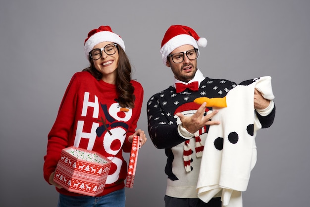 Man geschokt omdat hij een grappige kersttrui kreeg