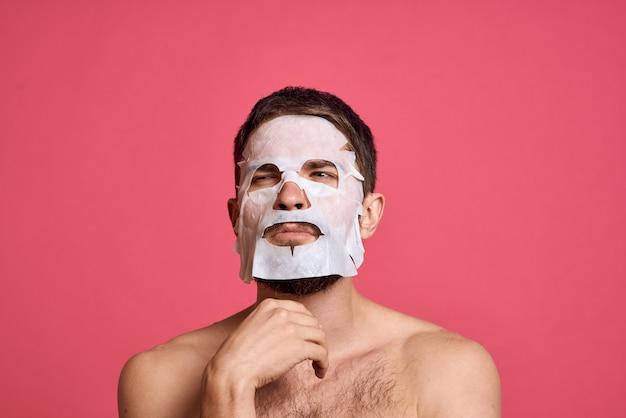 Man gezicht huidverzorging masker voor hydratatie toe te passen