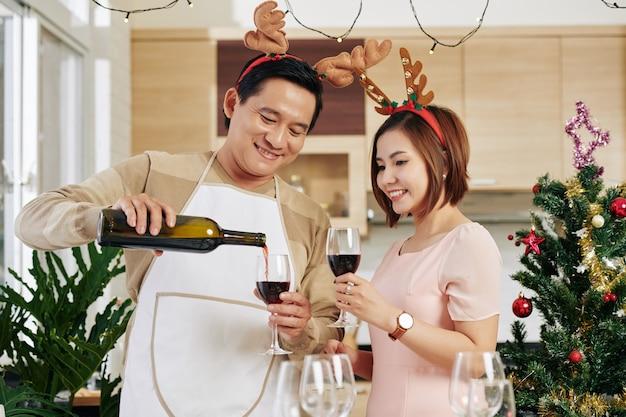 Man gieten van wijn op kerstavond