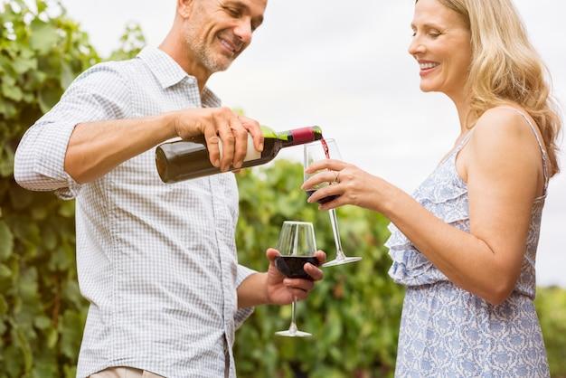 Man gieten van wijn