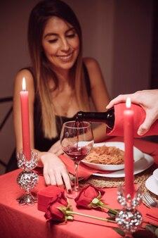 Man gieten wijn in glas vrouw