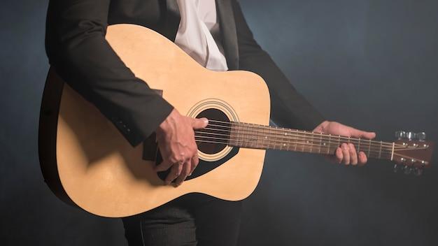 Man gitaar spelen medium schot