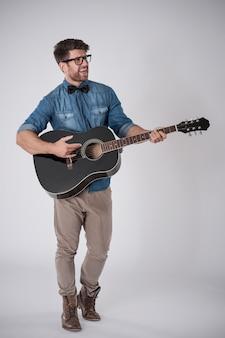 Man gitaar spelen