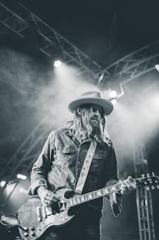 Man gitaarspelen in concert