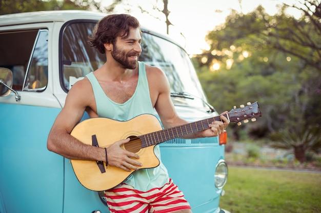 Man gitaarspelen voor camper op camping