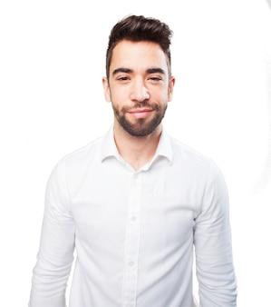 Man glimlachend iwith een wit overhemd