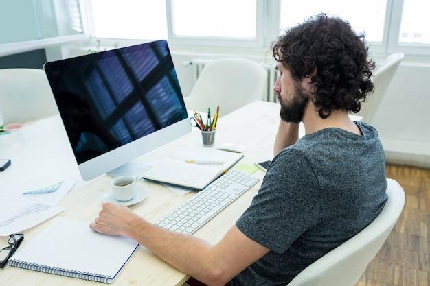 Man grafisch ontwerper ontspannen
