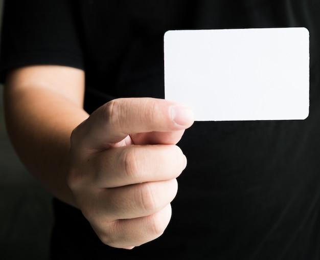 Man hand die adreskaartje toont