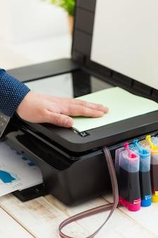Man hand die kopieën maakt. werken met printer