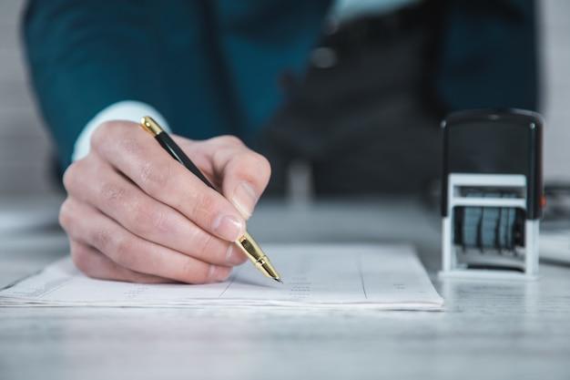 Man hand document met zegel op tafel