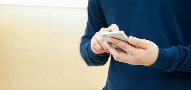 Man hand houd mobiele telefoon apparaat