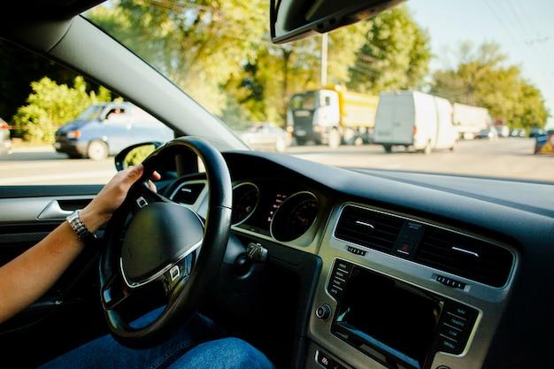 Man hand houden wiel auto in het verkeer