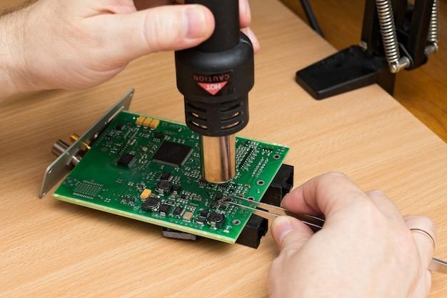 Man hand houdt het soldeerstation