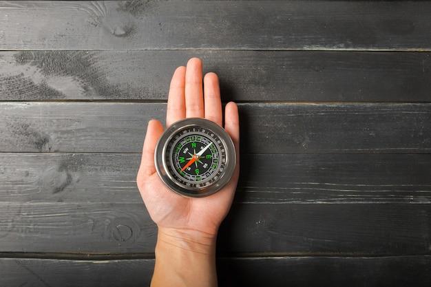 Man hand met chrome kompas