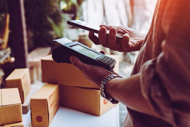 Man hand met creditcard lezer nfc tecnology geld machine.