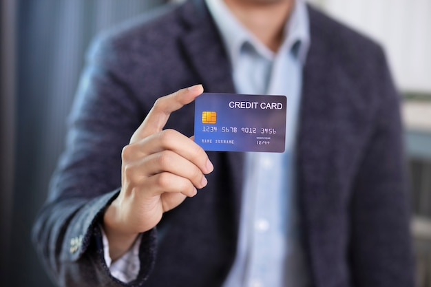 Man hand met creditcard slijtage pak jasje