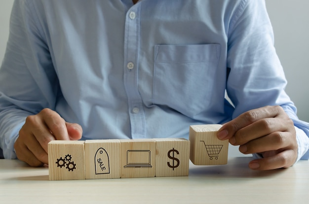 Man hand met kubus op tafel online winkelen marketing icoon bedrijfsconcept