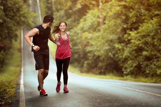 Man hand om vrouwen te helpen een zeer succesvolle run bergopwaarts