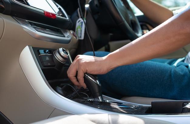 Man hand op automatische versnellingspook.