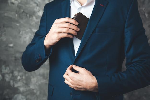 Man hand portemonnee op donkere achtergrond