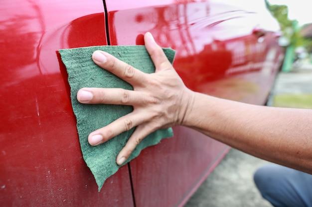 Man hand schoonmakende auto