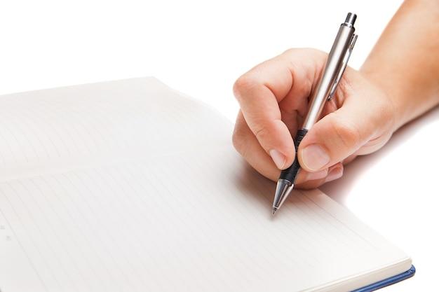 Man hand schrijven in open boek geïsoleerd op witte achtergrond