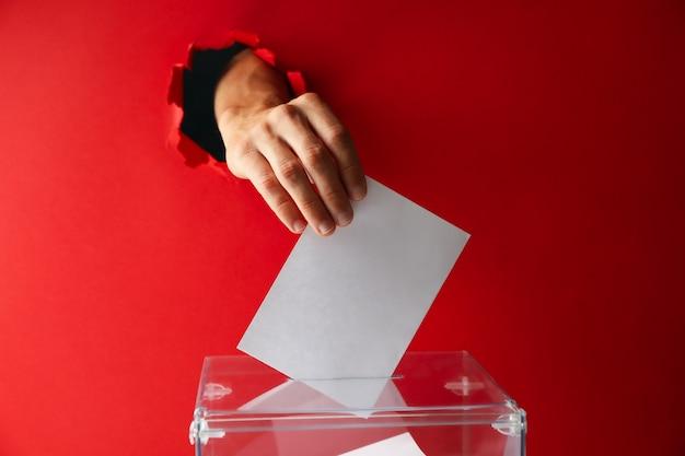 Man hand stemming aanbrengend stemkastje