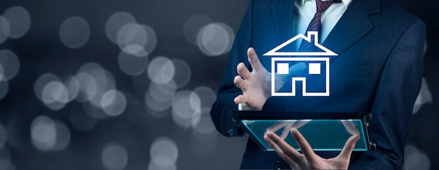 Man hand tablet met huis in scherm