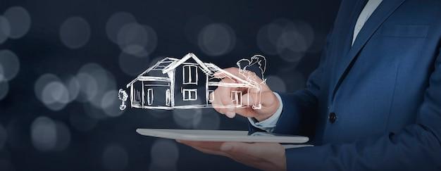 Man hand tablet met huismodel in scherm