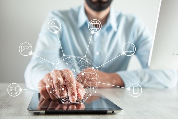 Man hand tablet met netwerk in scherm