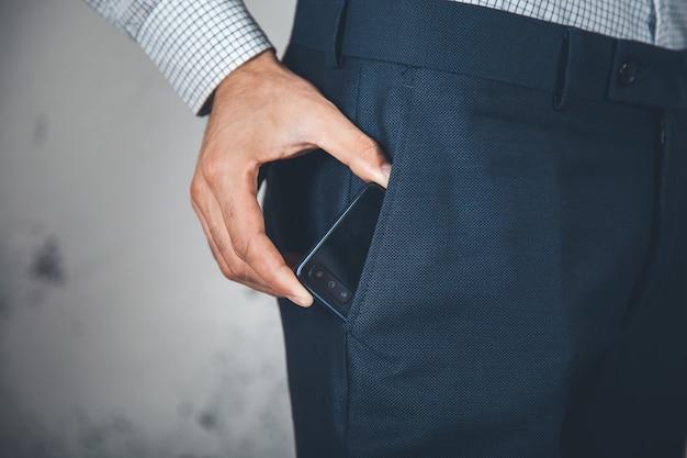 Man hand telefoon op poket