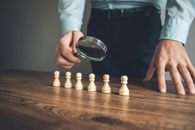 Man hand vergrootglas met schaken