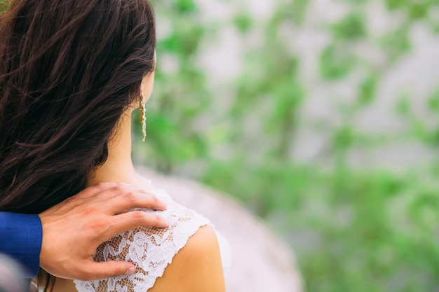 Man hand wat betreft de schouder van de vrouw erachter