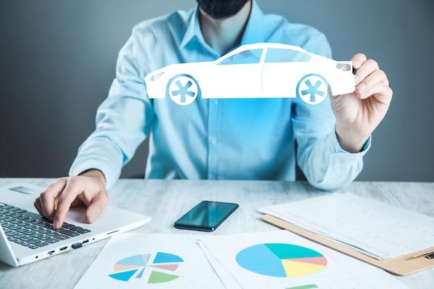 Man handcomputer en auto in het scherm