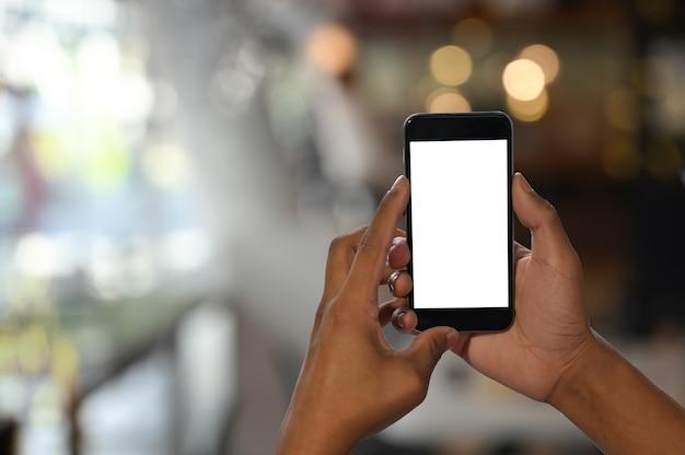 Man handen die smartphone met het lege scherm houden.
