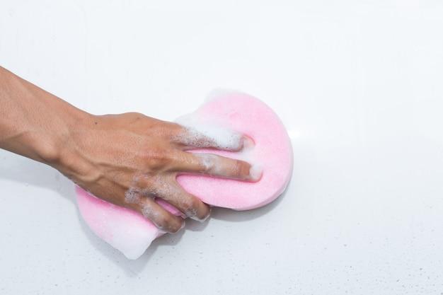 Man handen houden spons voor het wassen van witte auto