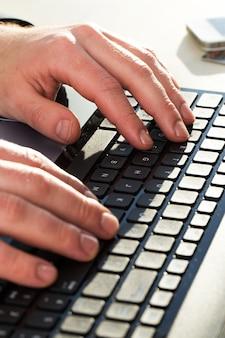 Man handen in toetsenbord
