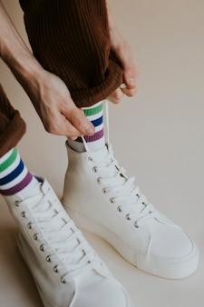 Man handen koppelverkoop schoenveters witte sneaker