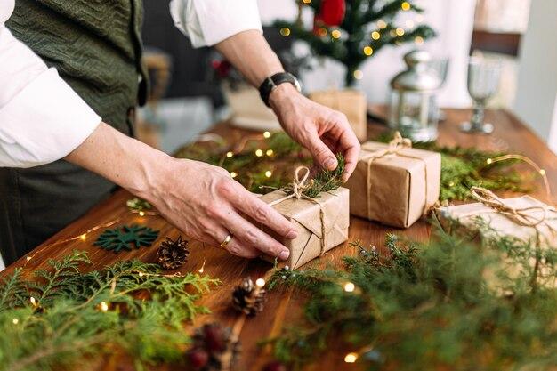 Man handen koppelverkoop vakantie ambachtelijke geschenkdoos