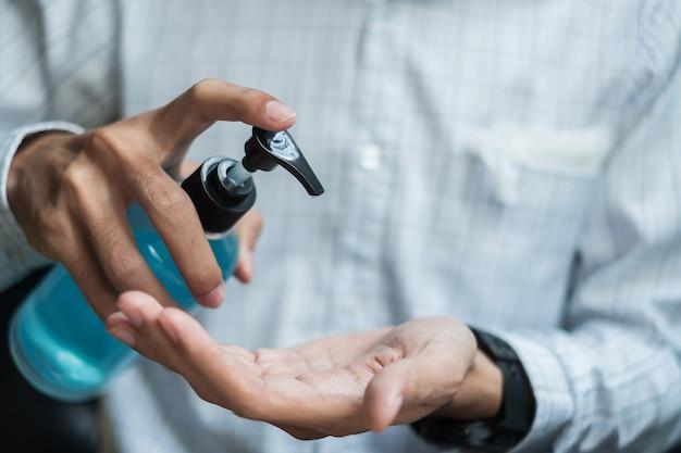 Man handen met behulp van was hand sanitizer gel dispenser