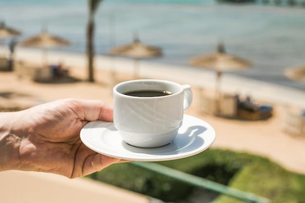 Man handen met kopje koffie