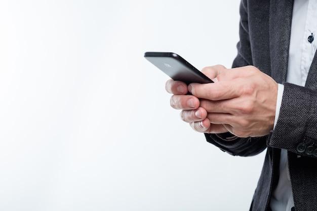Man handen met mobiele telefoon. technologie en communicatie.