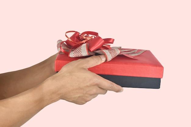 Man handen met rode geschenkdoos aanwezig voor verjaardag valentijn dag kerst nieuwjaar concept