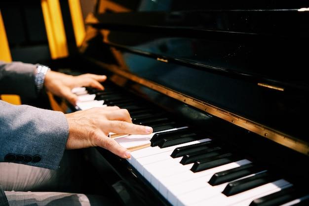 Man handen piano spelen