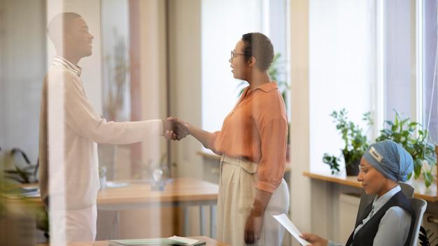 Man handen schudden zijn werkgevers hand voor het interview the
