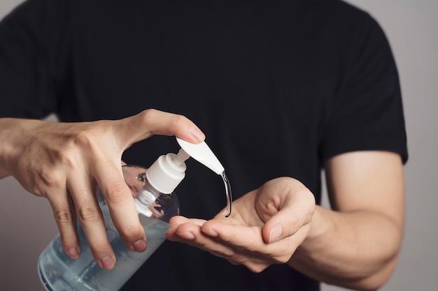 Man handen wassen met alcoholgel of antibacteriële zeepreiniger. hygiëne concept.