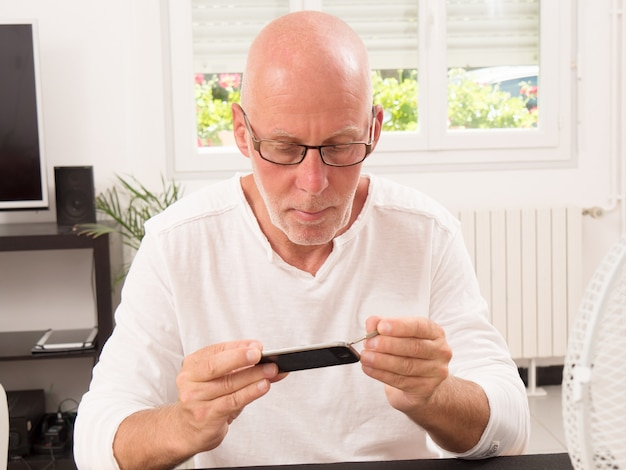 Man herstelde een smartphone