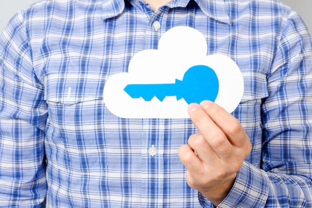 Man het document van de handholding van wolk en blauwe sleutel